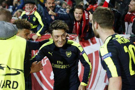 Oezil lai no sung, Arsenal nguoc dong ngoan muc truoc Ludogorets - Anh 8