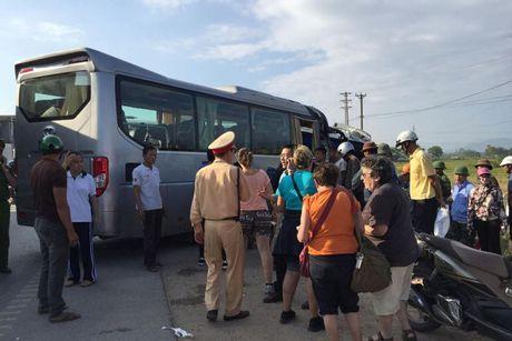 Quang Ninh: Khach nuoc ngoai hoang loan khi bi xe khach dam trung - Anh 1