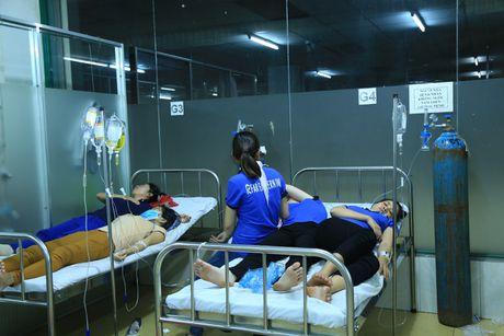 Hang tram cong nhan nhap vien nghi ngo doc thuc pham - Anh 3