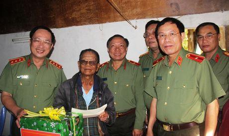 Thu truong Nguyen Van Thanh tham, tang qua cho can bo huu tri kho khan - Anh 1