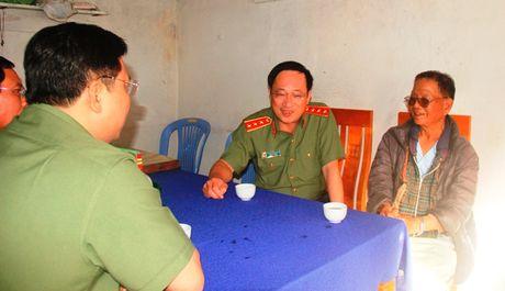 Thu truong Nguyen Van Thanh tham, tang qua cho can bo huu tri kho khan - Anh 2