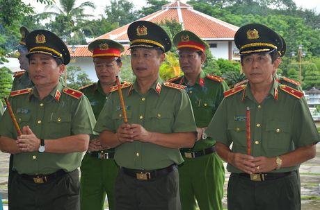 Thu truong Pham Dung tham va lam viec tai Cong an Dong Thap - Anh 4