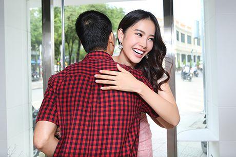 "Nam Em chay show ""khong kip tho"" sau Hoa hau Trai dat - Anh 2"