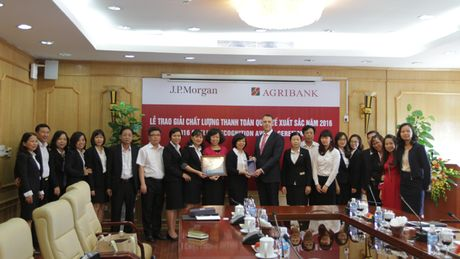 Agribank vinh du nhan giai thuong 'Chat luong Thanh toan quoc te xuat sac nam 2016' - Anh 1