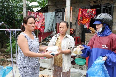 Quang Tri: Nhung suat com tinh nghia den dong bao vung lu - Anh 2
