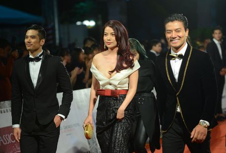'Soc' voi trang phuc 'ho bao' cua Angela Phuong Trinh tren tham do - Anh 10