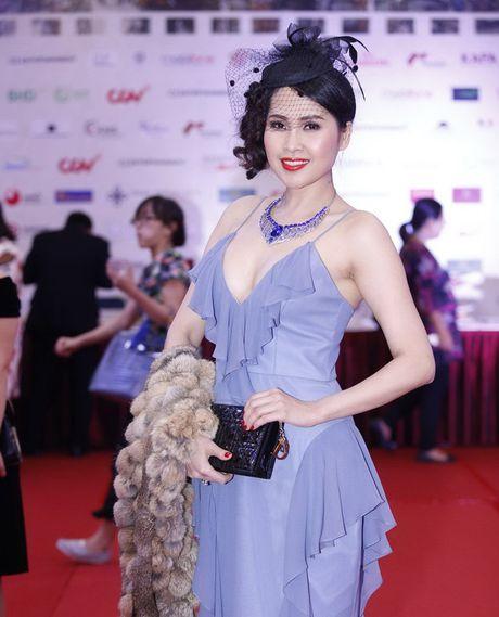 'Soc' voi trang phuc 'ho bao' cua Angela Phuong Trinh tren tham do - Anh 11