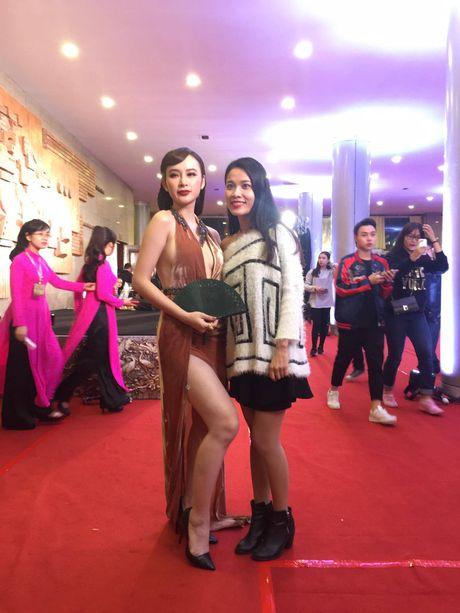 'Soc' voi trang phuc 'ho bao' cua Angela Phuong Trinh tren tham do - Anh 6