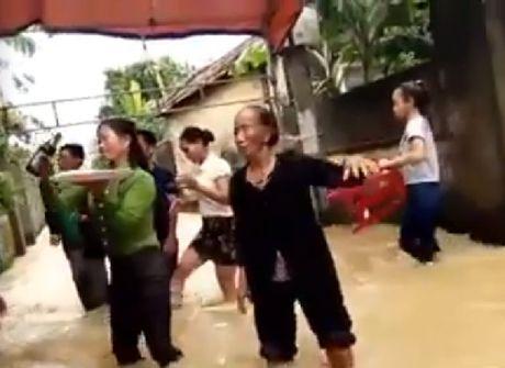 """Xuc dong xem """"dam cuoi lut"""" day lac quan cua nguoi dan vung lu - Anh 1"""