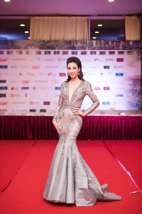Hoa hau My Linh, A hau Thanh Tu long lay tren tham do - Anh 3