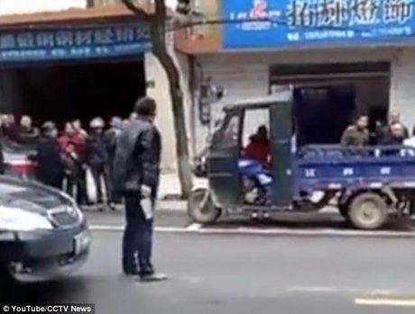 Day la cach cong an Trung Quoc xu ly con do cam dao tren pho - Anh 1