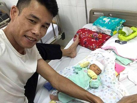 Hiep Ga hao hung cham soc con trai moi sinh trong benh vien - Anh 1
