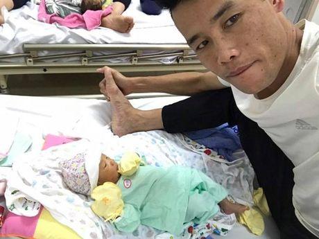 Hiep Ga hao hung cham soc con trai moi sinh trong benh vien - Anh 2
