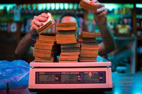 Nguoi Venezuela phai can tien khi di mua sam - Anh 1