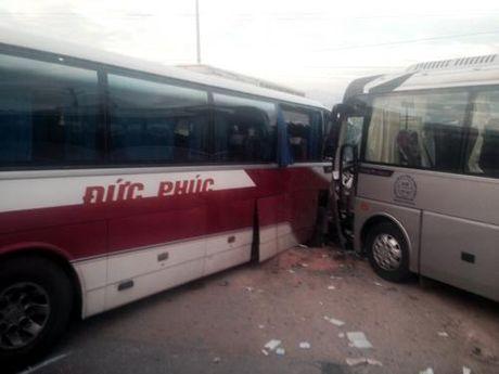 Quang Ninh: Xe khach va cham xe du lich, 3 nguoi bi thuong nang - Anh 1