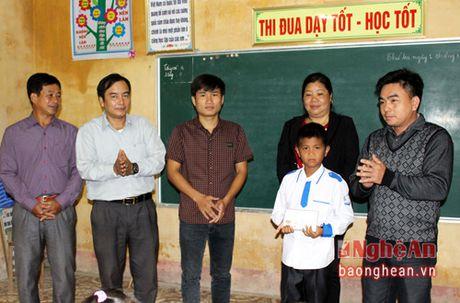 Ban doc Bao Nghe An trao qua cho hoc sinh dung cam cuu 2 em nho duoi nuoc - Anh 1