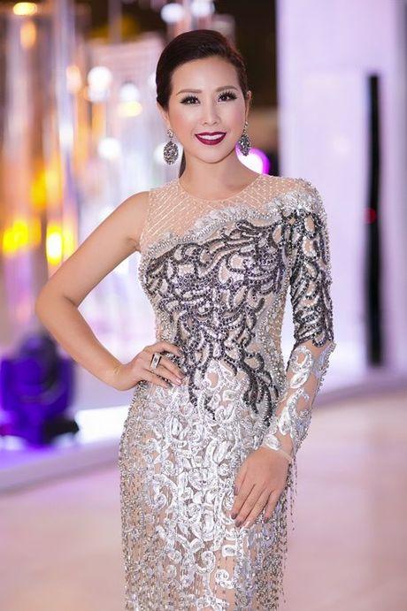 Khong the tuong tuong duoc, hoa hau Thu Hoai da lam dieu nay trong show dien cua NTK Cong Tri! - Anh 2