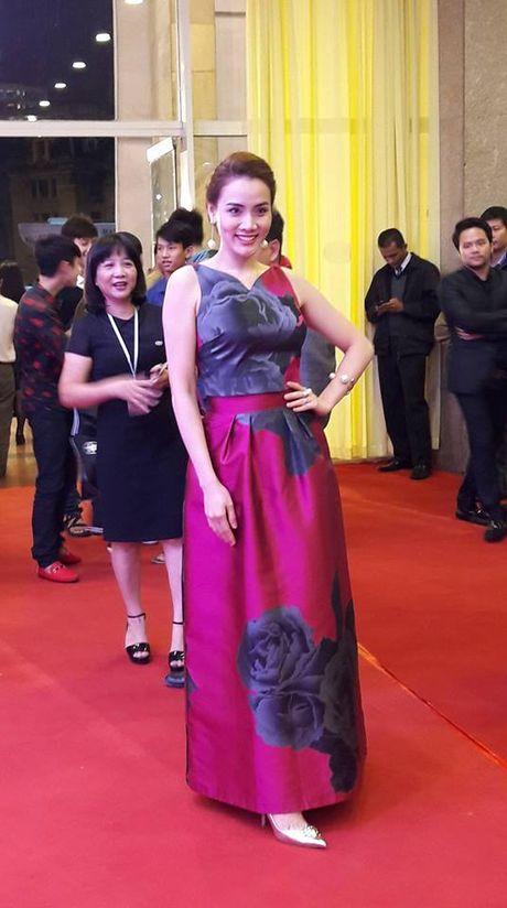 Angela Phuong Trinh goi cam noi bat giua dan sao Viet tren tham do LHP Quoc te Ha Noi 2016 - Anh 9