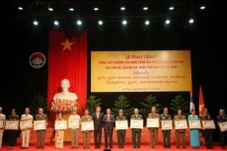 Trao Huan, Huy chuong cua nuoc ban Lao cho 358 can bo, chuyen gia quan tinh nguyen Viet Nam - Anh 1