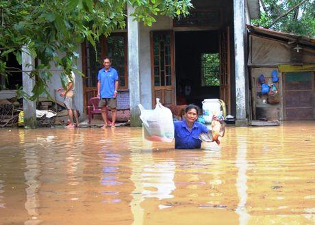 Nhieu ban lang o mien nui Quang Tri con bi co lap do lu - Anh 4
