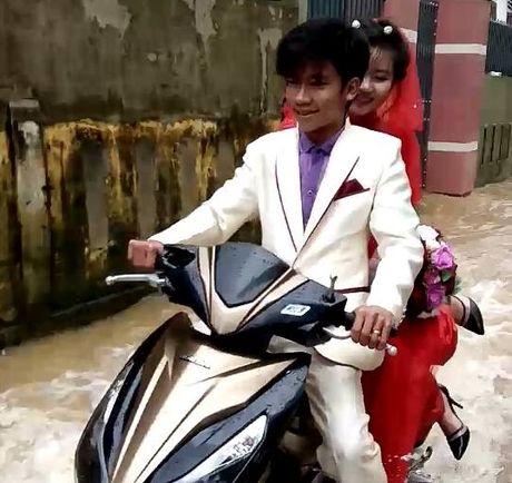 Khach vui ve nhay mua trong dam cuoi ngap nuoc o Quang Binh - Anh 1