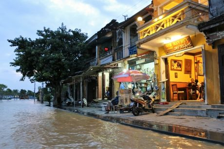 Quang Nam: Nuoc lut nhan chim nhieu tuyen pho co Hoi An - Anh 2