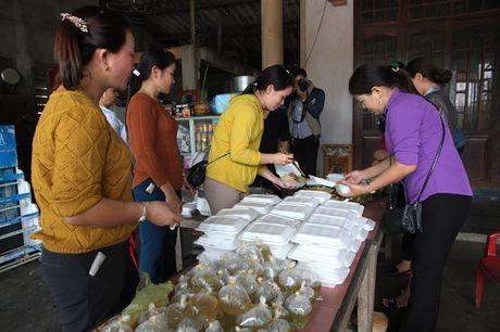 Quang Tri: Phat com mien phi cho nguoi dan vung lu - Anh 1