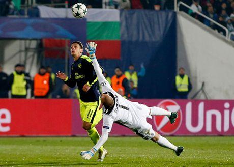 Ludogorets 2-3 Arsenal: Oezil ghi ban tuyet dep, Arsenal nguoc dong ngoan muc de di tiep - Anh 4
