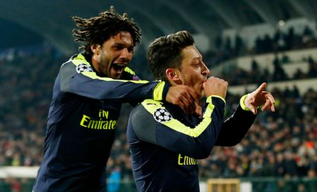 Ludogorets 2-3 Arsenal: Oezil ghi ban tuyet dep, Arsenal nguoc dong ngoan muc de di tiep - Anh 5