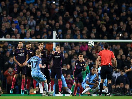 DIEM NHAN Man City 3-1 Barca: Noi nho Iniesta, nguoi hung De Bruyne, va chia khoa mang ten pressing - Anh 3