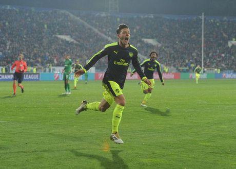 HLV Arsene Wenger het loi khen ngoi Mesut Oezil sau sieu ban thang vao luoi Ludogorets - Anh 2
