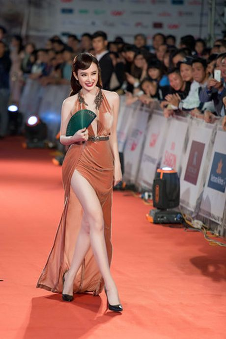 Hinh anh goi cam cua Angela Phuong Trinh tren tham do - Anh 2