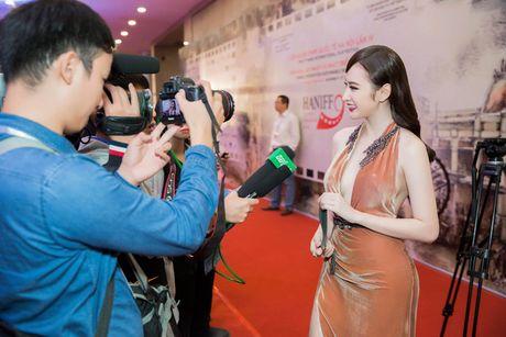Hinh anh goi cam cua Angela Phuong Trinh tren tham do - Anh 4