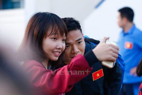 Cong Vinh tuoi cuoi chup anh trong ngay lo tin chia tay Binh Duong - Anh 3