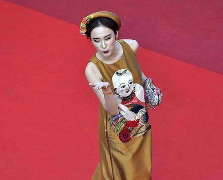 Angela Phuong Trinh het om cho lai den mua quat tren tham do - Anh 5