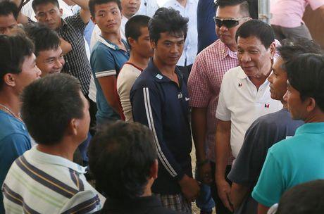 Tong thong Duterte tien 17 ngu dan Viet Nam ve nuoc - Anh 2