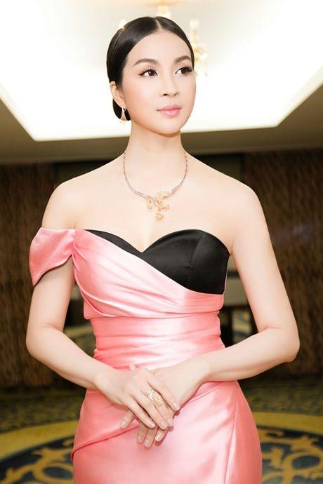 MC Thanh Mai khoe vai tran goi cam giua troi dong Ha Noi - Anh 3