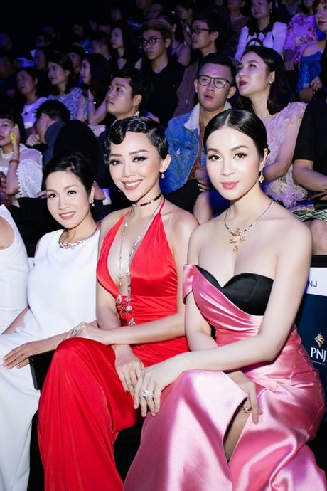 MC Thanh Mai khoe vai tran goi cam giua troi dong Ha Noi - Anh 7