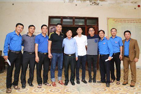 Binh Minh, Nguyen Hong Thuan doi mua tang qua, xay nha cho nguoi dan vung lu - Anh 10