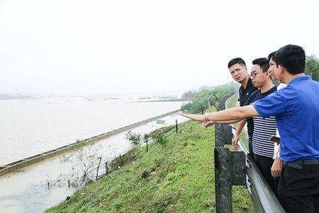 Binh Minh, Nguyen Hong Thuan doi mua tang qua, xay nha cho nguoi dan vung lu - Anh 1