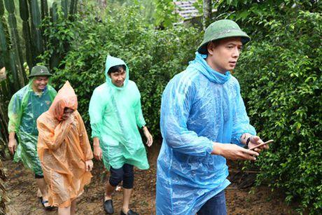 Binh Minh, Nguyen Hong Thuan doi mua tang qua, xay nha cho nguoi dan vung lu - Anh 2