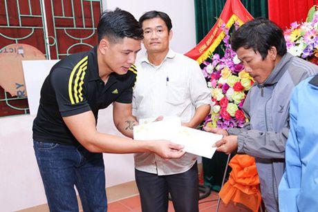 Binh Minh, Nguyen Hong Thuan doi mua tang qua, xay nha cho nguoi dan vung lu - Anh 4