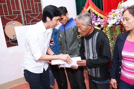 Binh Minh, Nguyen Hong Thuan doi mua tang qua, xay nha cho nguoi dan vung lu - Anh 5