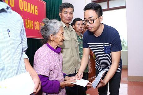 Binh Minh, Nguyen Hong Thuan doi mua tang qua, xay nha cho nguoi dan vung lu - Anh 6