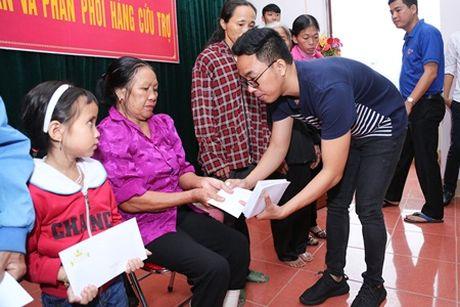 Binh Minh, Nguyen Hong Thuan doi mua tang qua, xay nha cho nguoi dan vung lu - Anh 7