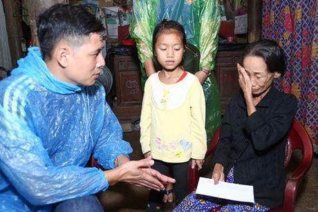 Binh Minh, Nguyen Hong Thuan doi mua tang qua, xay nha cho nguoi dan vung lu - Anh 8