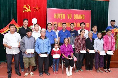 Binh Minh, Nguyen Hong Thuan doi mua tang qua, xay nha cho nguoi dan vung lu - Anh 9