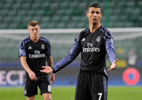 Ronaldo tit ngoi trong tran cau 6 ban thang o Warsaw - Anh 6