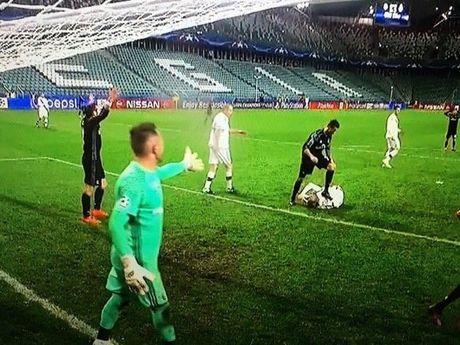 Dau an Ronaldo trong tran hoa Legia: Vo duyen, cau gian va hai huoc - Anh 2