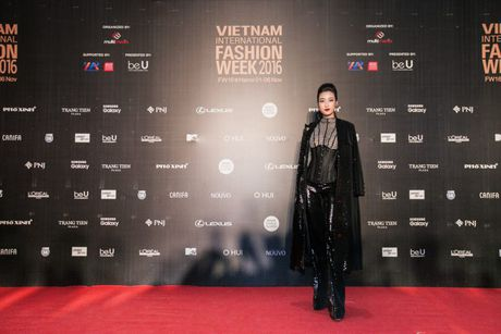 Dan sao Viet ram ro khoe sac tai Vietnam International Fashion Week - Anh 14